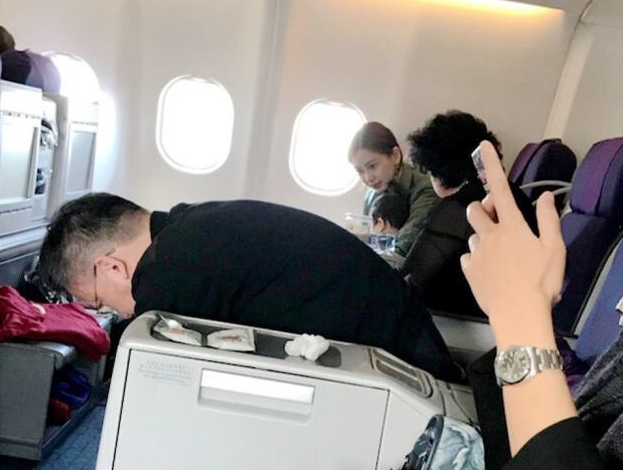Baby带儿子坐飞机被偶遇 网友赞小海绵爱笑