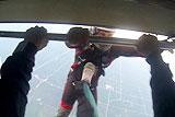 美男子跳伞被朋友踹下飞机