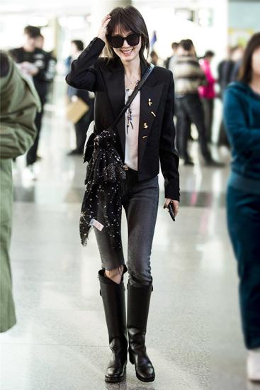 王子文机场引领酷girl时尚  黑白灰搭出高级质感