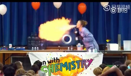 美女化学老师课上做爆炸实验 场面壮观受热捧