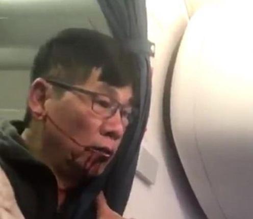 暴力驱逐亚裔乘客 美联航客机2名涉事保安被开除