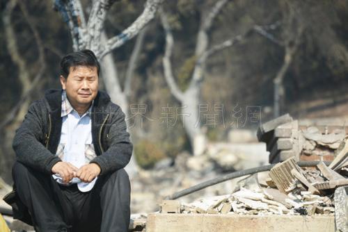 中国侨网看到满地废墟,蔺春新非常悲伤。但他和太太黄艳琼坚强的表示,只要人在,还能呼吸一口气,也决不放弃。(美国《世界日报》/刘先进 摄)