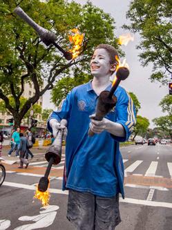 巴西男童趁红绿灯间隙在街头表演杂技