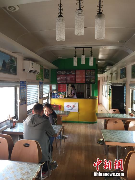 """高校火车餐厅成""""网红"""" 每节车厢售不同菜品"""