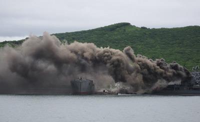俄军现代级驱逐舰浓烟遮天蔽日