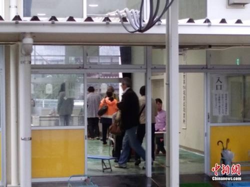 日本大选多地民众冒雨投票 结果于23日凌晨揭晓