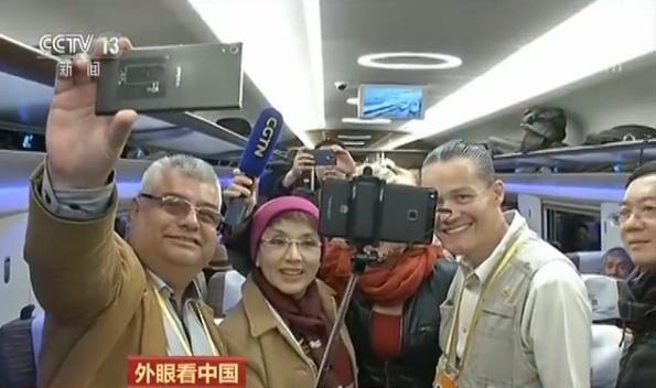 """【外眼看中国】中国发展惠及世界 机器人分拣快递外国记者赞叹""""太酷了"""""""