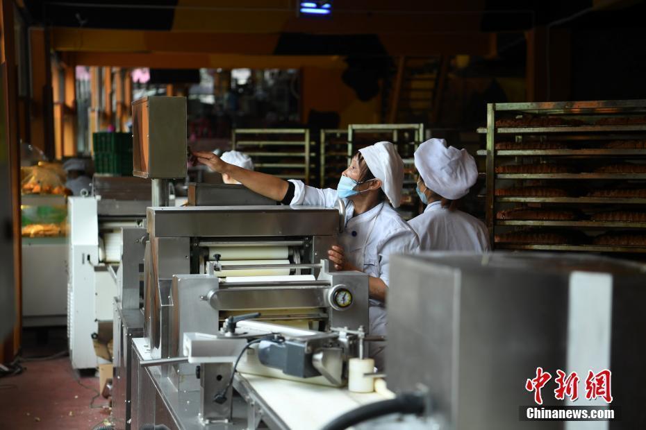 重庆1元巨型馒头加工点 一天能卖上万个馒头