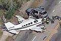 美一飞机紧急迫降马路撞上两辆汽车