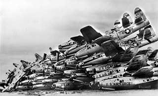 美军老旧战斗机堆成山等待拆解