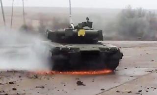 乌克兰T-80坦克玩漂移 剧烈摩擦火花四溅