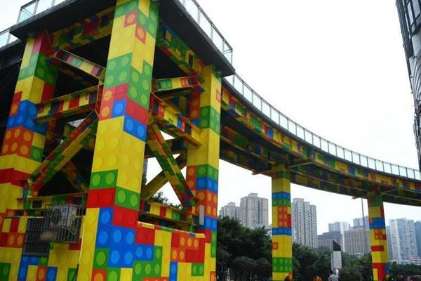 """重庆街头现""""积木天桥"""" 颜色鲜艳吸眼球"""