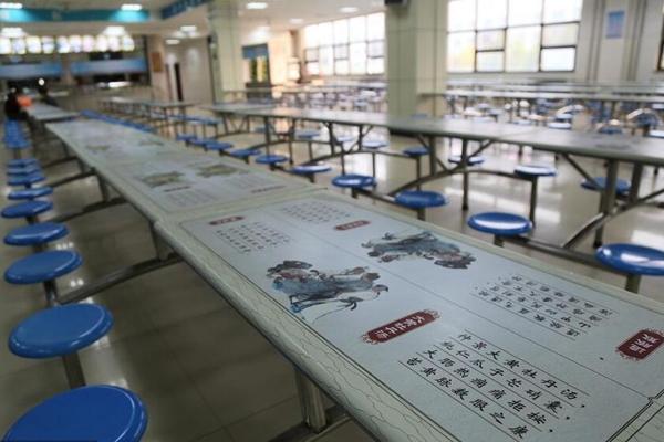 河南中医药大学食堂写药方 学生边吃边学