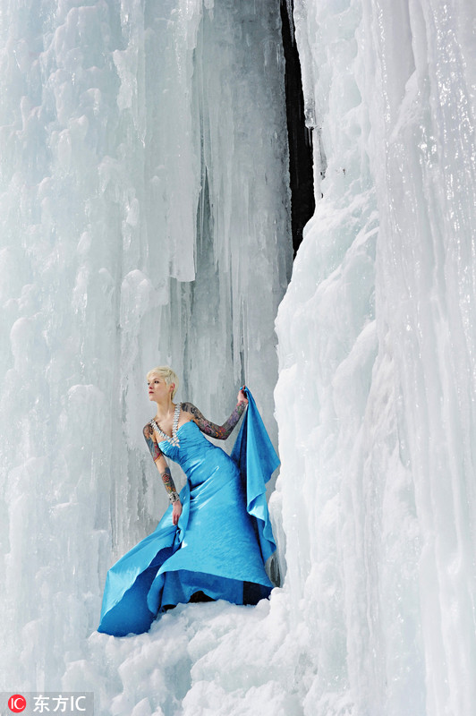 美 冰雪女王 悬崖上凹造型美丽冻人