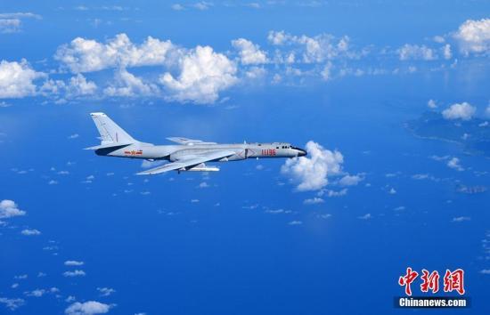 轰6K远海训练与外军挂载空空导弹战机相距十来米