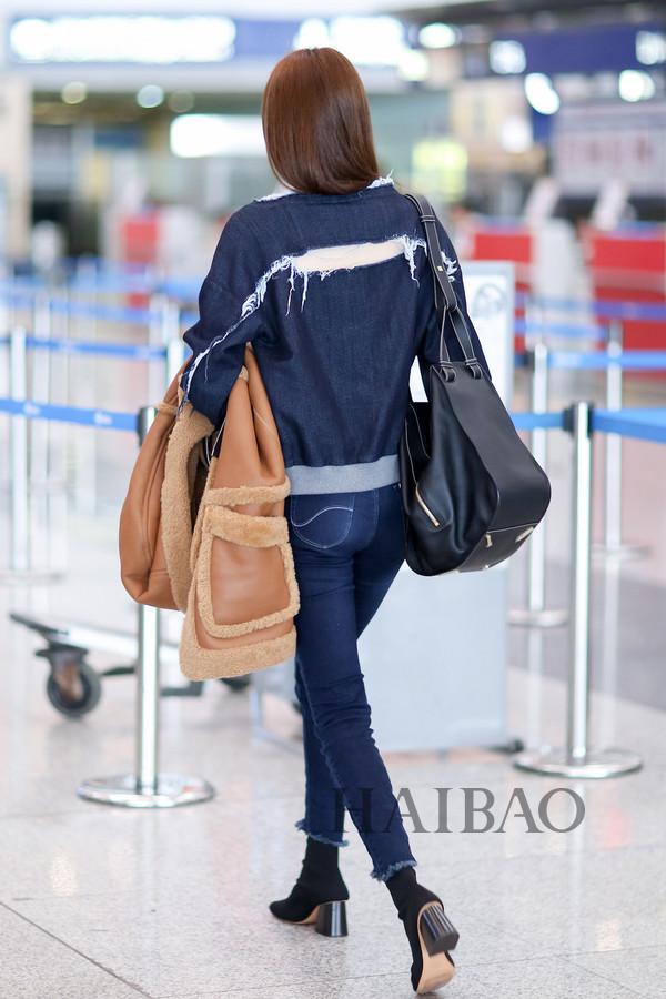 何穗2017年10月22日北京机场街拍-41岁的赵薇素颜更显白,明星街拍图片