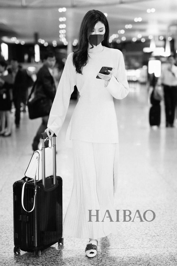 何穗2017年10月20日上海机场街拍-41岁的赵薇素颜更显白,明星街拍图片
