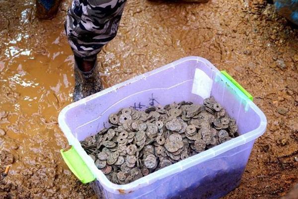 江西景德镇一旧房改造 挖出5.6吨古钱币