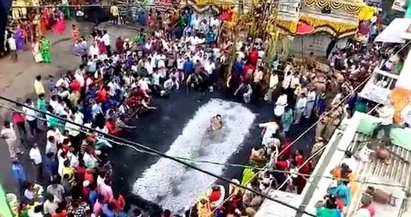 印女子蹈火仪式上被沙丽裙绊倒扑倒在热炭上