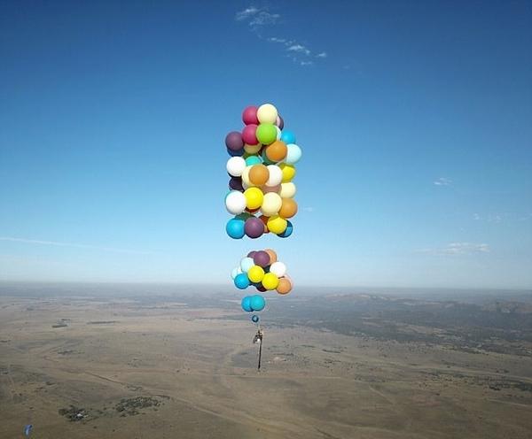 现实版飞屋环游记!英冒险爱好者乘氦气球翱翔