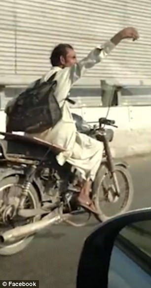 巴基斯坦男子驾驶摩托车肆意穿行玩自拍 心惊肉跳