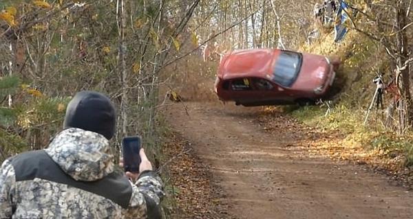惊魂!俄赛车失控撞向路旁斜坡连翻数圈
