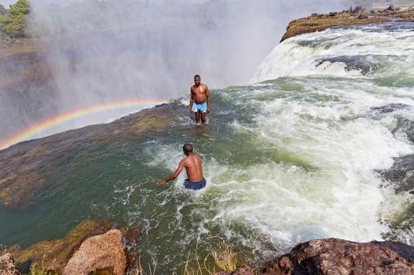 """胆小者勿靠近!赞比亚""""魔鬼池""""俯瞰维多利亚瀑布"""