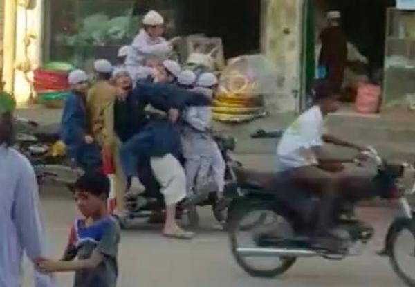 惊呆!巴基斯坦男子带10个小孩共乘一辆摩托车