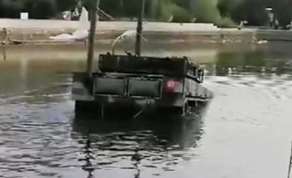泰军把中国造的VT-4坦克开进水塘里测试