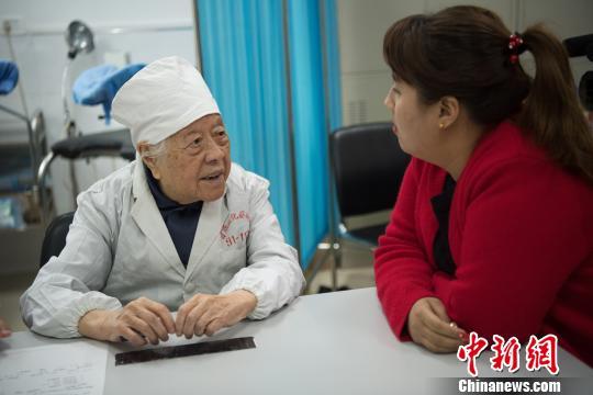 山西97岁的于载畿老医生坚持出诊