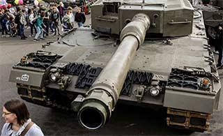 """武器开放活动坦克被民众""""霸占"""""""
