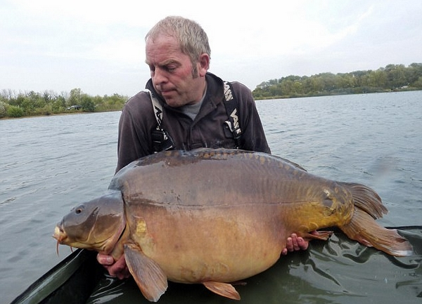 英男子用白巧克力钓到31公斤英国史上最大鲤鱼