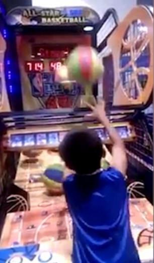 菲律宾小神投手投篮机上4分钟仅失一球
