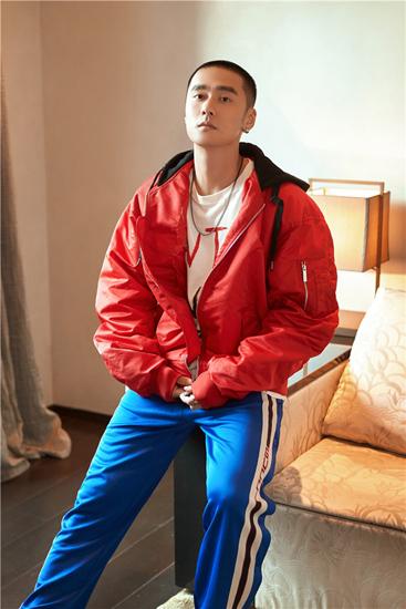 蒋劲夫运动风写真曝光 红衣蓝裤大玩撞色时尚