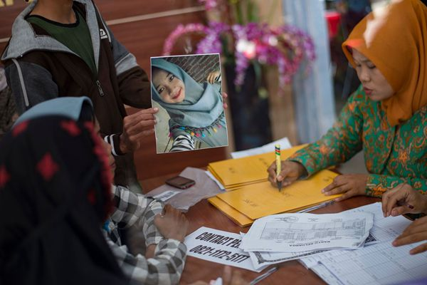 印尼烟花厂爆炸致47死 亲属医院检测DNA