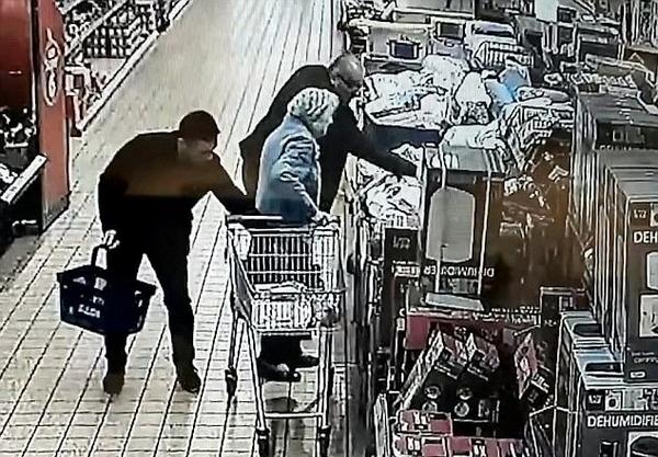 英无良扒手合伙作案超市窃取87岁老太钱包