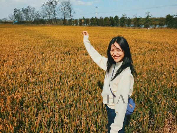 刘雯在麦田随手一拍都比别人的大片高级?这款小麦色真是帮了大忙!
