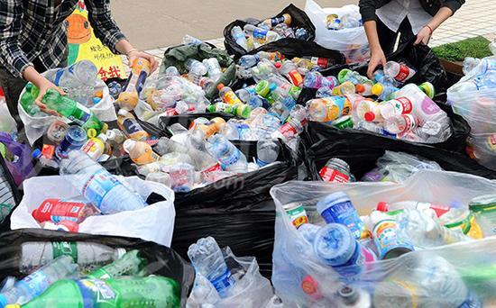 饮料瓶占城市生活垃圾逾三成 拾荒大军回收热情低
