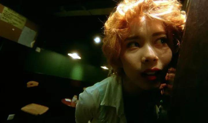 《堕落天使》里的女疯子天使5号,更让她从一众大咖中脱颖而出,获