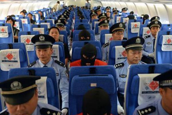 61名电信网络诈骗嫌犯从柬埔寨被押解回中国