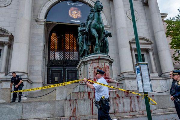 罗斯福铜像被泼不明液体 警方展开调查