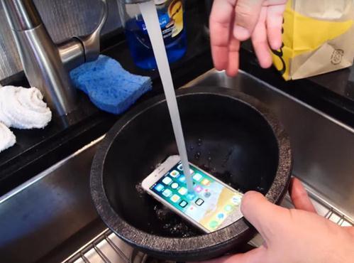 iPhone 8做成果冻/万米高空坠下能否存活?