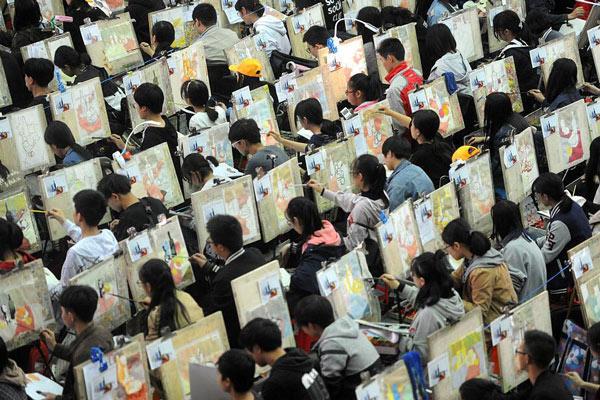 武汉3000多名考生同场作画