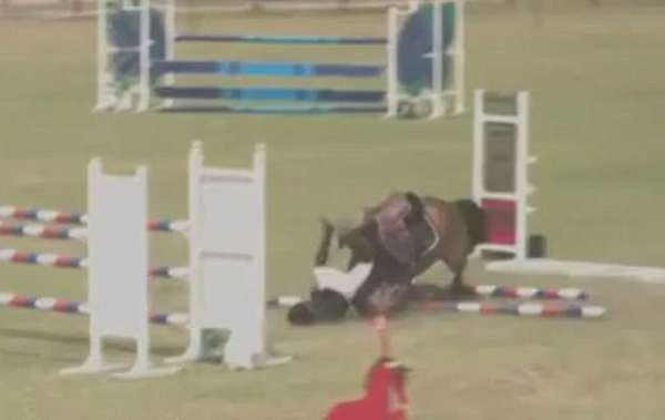 惊险!澳13岁女孩马术比赛时不幸摔落致头部受伤