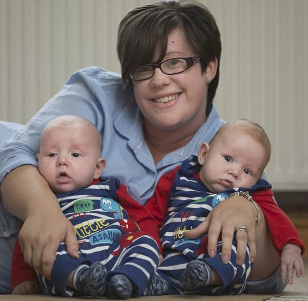 英女子诞下双胞胎总重约15斤 堪称英国最重