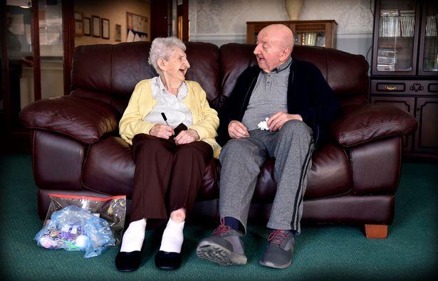 """英98岁母亲与80岁儿子同住护理中心 众人叹""""母子情深"""""""