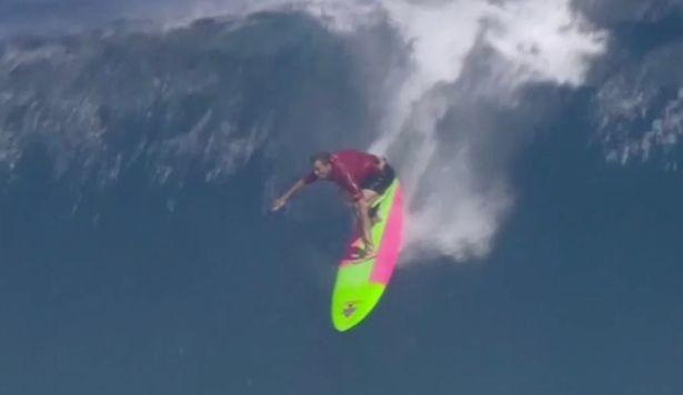冲浪健儿在夏威夷与14米高巨浪搏击大展身手