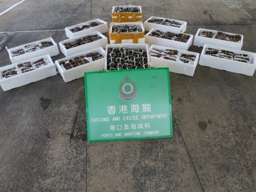 香港海关截停渔船 检获价值10万港元走私大闸蟹