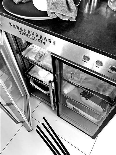 部分餐厅消毒柜成摆设:三五天用一次 餐具上有水滴