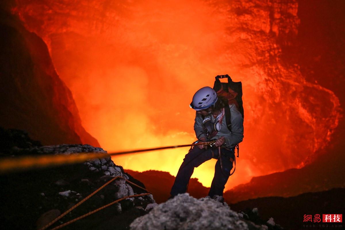 女摄影师从火山口下落300米:像走在果冻上